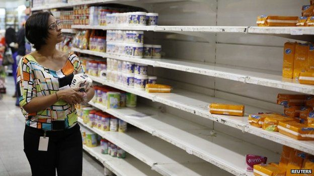 A woman shopping for groceries at a supermarket in Caracas. 21/08/2014