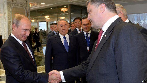 Vladimir Putin (L) and Petro Poroshenko in Minsk (26 August 2014)