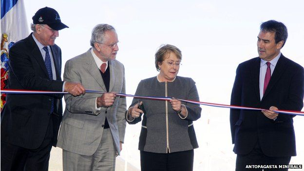 Chilean President Michelle Bachelet cutting the ribbon at the inauguration of the El Arrayan wind farm on 26 August 2014