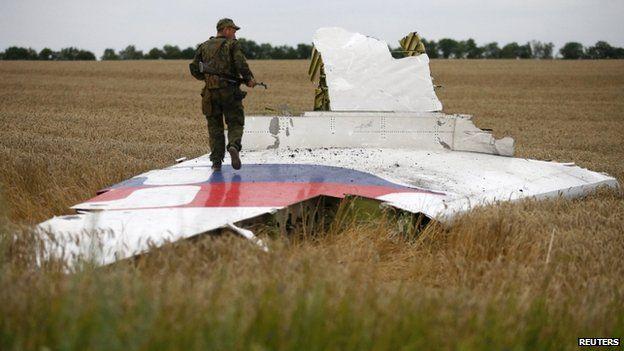 Rebel at crash site near Grabove (17 July 2014)