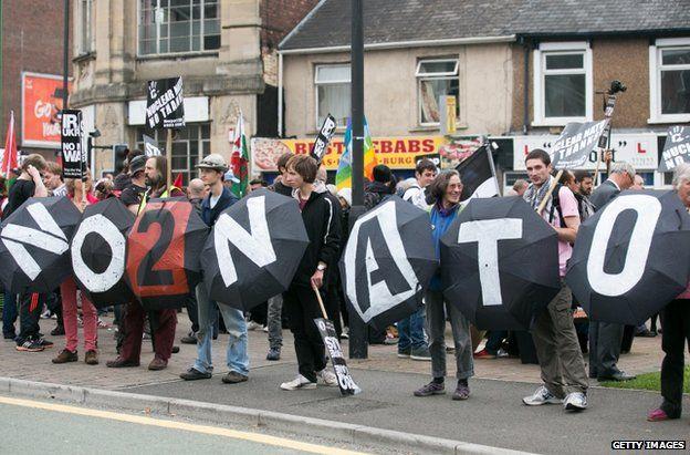 Y protestwyr ar strydoedd Casnewydd