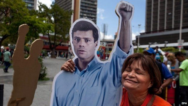 Supporters of Leopoldo Lopez gather outside the Palace of Justice in Caracas. (10/09/2014)