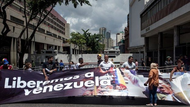 """Supporters of Leopoldo Lopez carry a huge banner reading """"Let's free Venezuela"""" (10/09/2014)"""