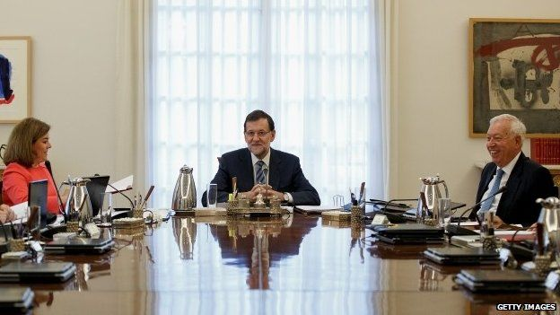 """Spanish Prime Minister Mariano Rajoy (C) presides over a cabinet meeting at Moncloa Palace on September 29, 2014 in Madrid, Spain. Spanish Government holds an emergency cabinet meeting in reaction to the regional decree signed by Catalonia""""s President Artur Mas to call for a self-determination referendum from Spain on November 9."""