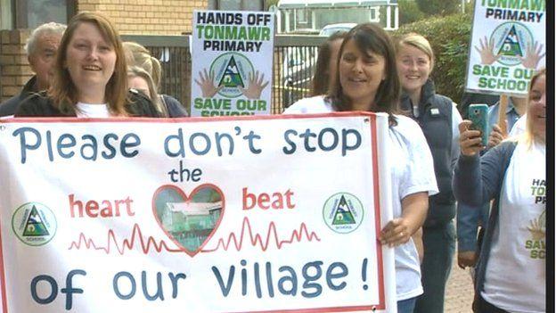 Protest yn erbyn cau'r ysgolion