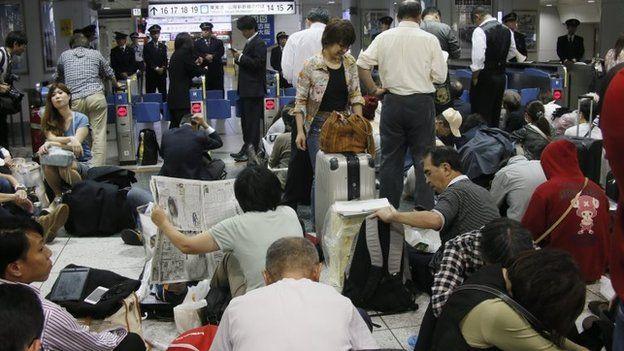 Passengers wait for the Shinkansen bullet train at JR Tokyo Station in Tokyo (6 Oct 2014)