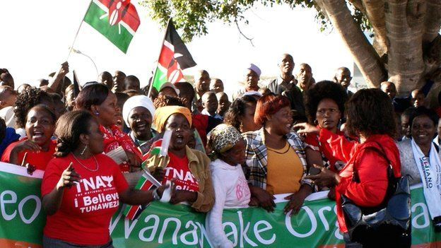Crowds welcoming home Uhuru Kenyatta