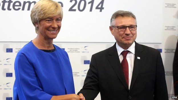 Outgoing Bulgarian Defence Minister Velizar Shalamanov (R) with Italian Defence Minister Roberta Pinotti (9 September 2014)
