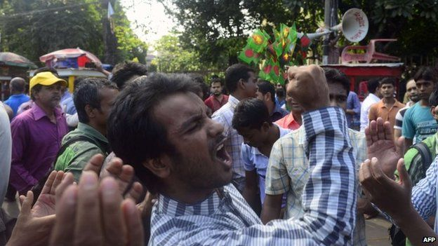 Bangladeshi social activists take to the streets in celebration after the sentencing against Jamaat-e-Islami party leader Motiur Rahman Nizami in Dhaka, 29 October 2014
