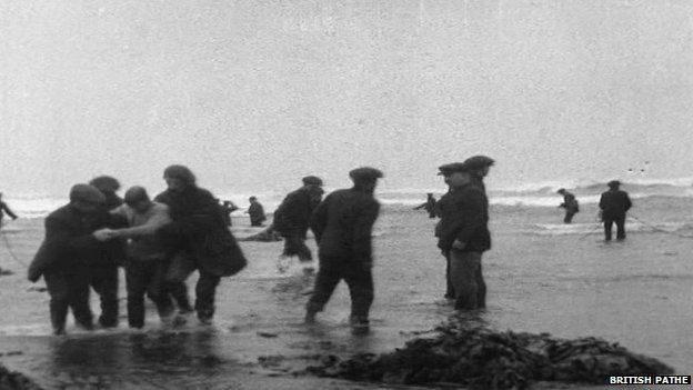 People on the shore helping rescue victims of the Rohilla