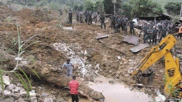 Rescue teams from the Sri Lankan military work at the site of a landslide at the Meeriyabedda tea plantation (29 October 2014)