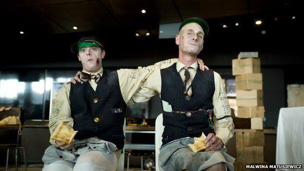 Martin Vick (chwith), Snooks Brothers Bank (Hijinx Theatre) Llun: Malwina Matusiewicz