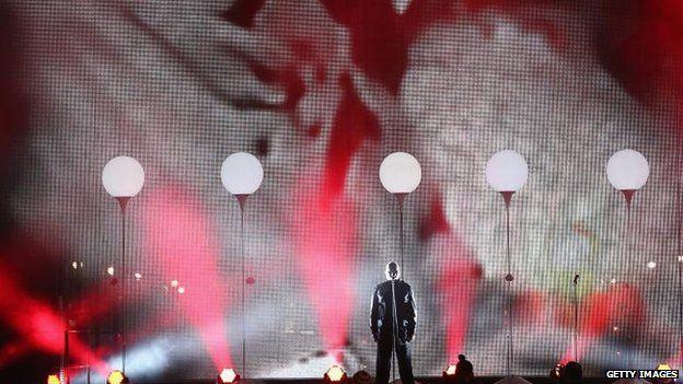 Peter Gabriel performs at the Brandenburg Gate party, 9 Nov