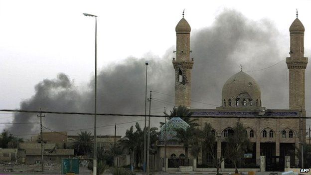 Smoke rises near mosque in Falluja (26/11/14)