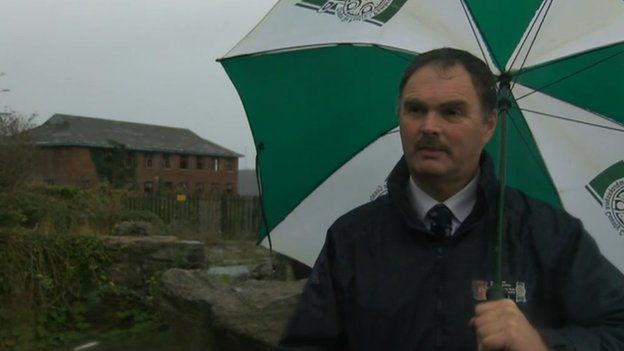 Y cynghorydd Huw George ger safle Blackbridge