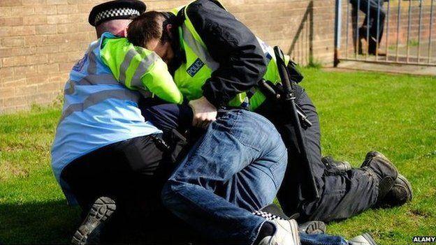 heddlu yn arestio