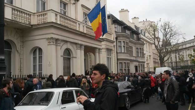 Romanians in London queue up to vote outside the Romanian Cultural Institute, 16 Nov 2014
