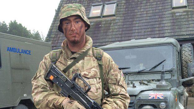 Corporal Dale Vincent sy'n 24 oed a wedi bod i Afghanistan 4 gwaith