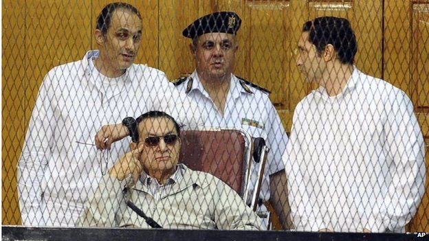 Hosni Mubarak (seated) with his two sons Gamal (left) and Alaa (right) in court in Cairo (14/09/13)