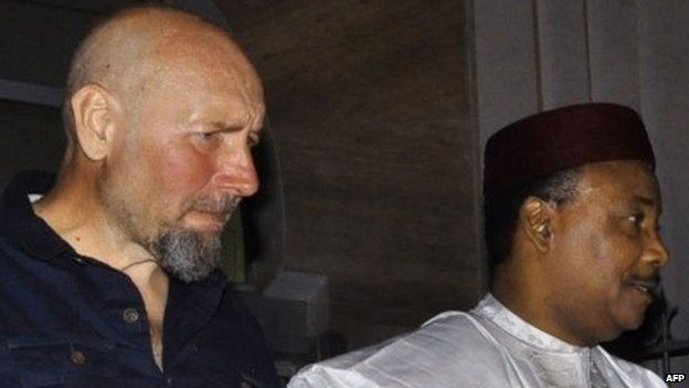 Serge Lazarevic (L) stands next to Niger's President Mahamadou Issoufou after being freed (9 December 2014)
