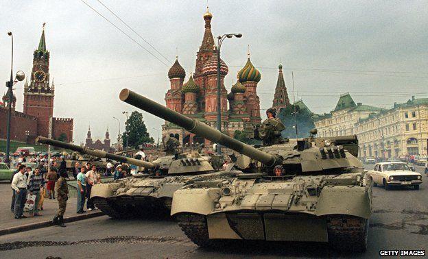 Tanks in front of the Kremlin, 1991