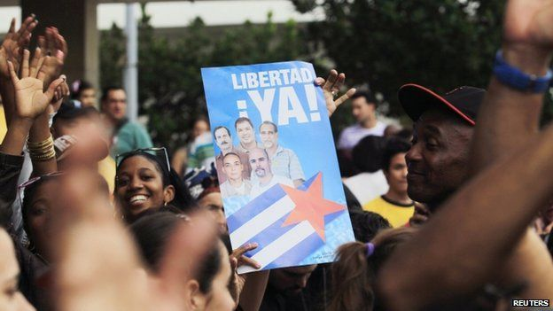 """People cheer for the """"Cuban Five"""" while holding a poster of the five Cuban intelligent agents, in Havana 17 December 2014."""