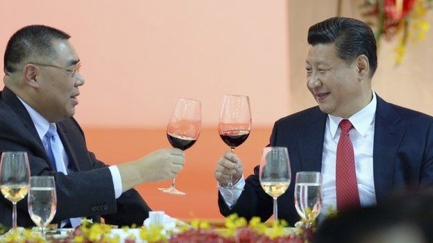 Chinese President Xi Jinping (R) toasts with Macau Chief Executive Fernando Chui during his visit in Macau, 20 December