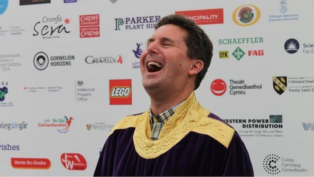 A yw Gary wedi bod yn rhannu rhai o'i jôcs yn barod gyda Ceri Wyn, enillydd y Gadair yn Eisteddfod Genedlaethol Llanelli?