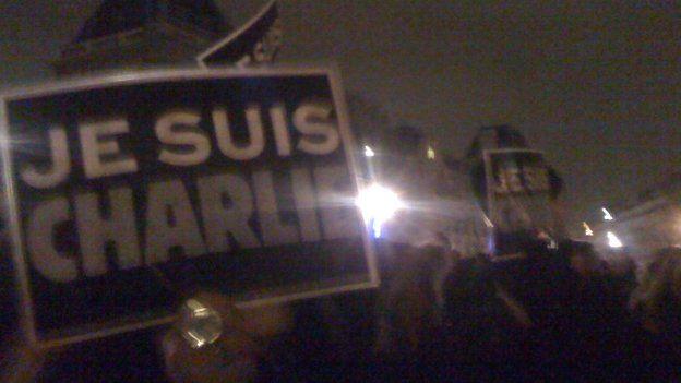 Mae Charlie Hebdo wedi bod yn dychanu, a gwylltio, a difyrru am dros ugain mlynedd