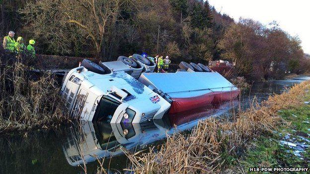 Roedd lori wedi troi drosodd ar yr A483 yn Abermiwl, Powys, bnawn dydd Llun