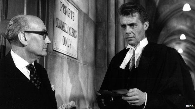 Dirk Bogarde yn chwarau bargyfreithiwr yn ffilm 'Victim' yn 1961