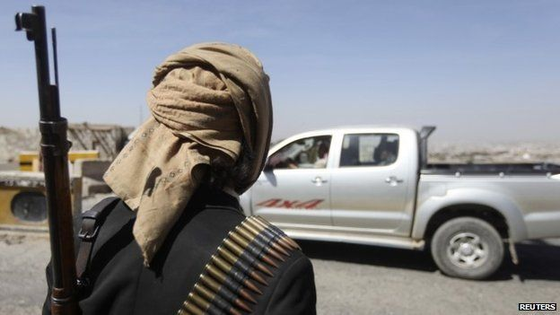A Houthi fighter mans a checkpoint on a road leading to the US embassy in Sanaa (21 January 2015)