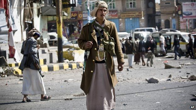 A Houthi Shia Yemeni guards a street leading to the presidential palace in Sanaa (26 January 2015)