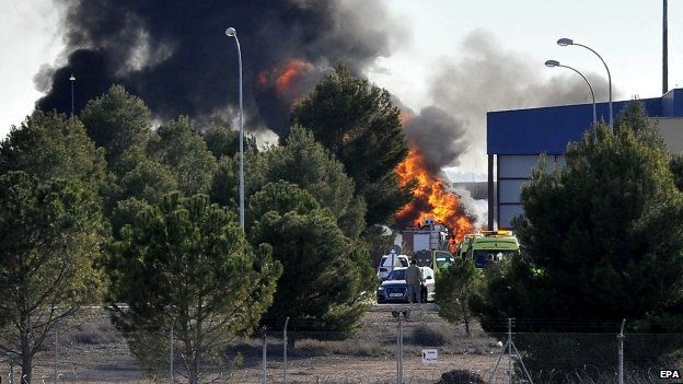 Smoke rises from the scene of the crash at Los Llanos air base in Albacete, eastern Spain (26 January 2015)