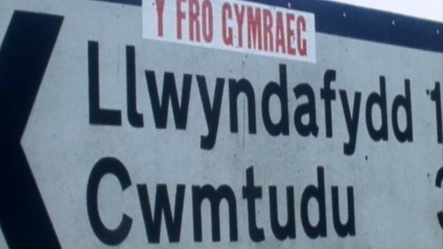 Roedd 'na newidiadau mawr yng nghefn gwald Cymru yn y 70au