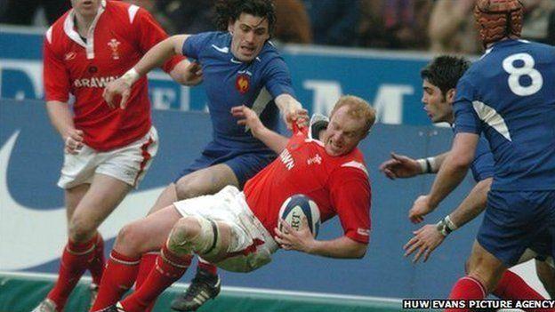 Martyn Williams yn helpu Cymru i gyrraedd y nod yn erbyn y Ffrancwyr