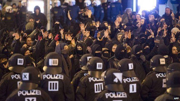 Police in Vienna keeping Pegida and anti-Pegida demonstrators apart