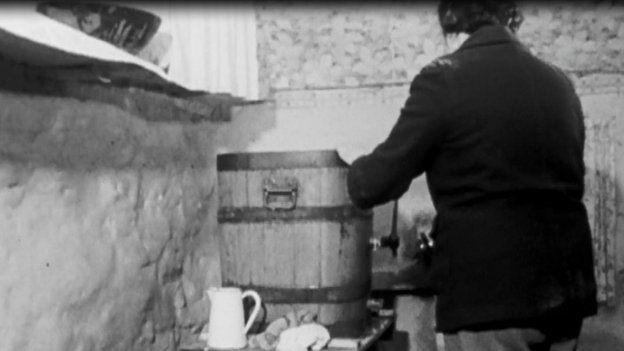 Corddi'r llaeth yn fenyn yn Eifionydd yn 1964
