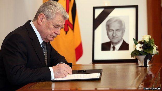 German President Joachim Gauck signing condolence book for Richard von Weizsaecker, 31 January 2015