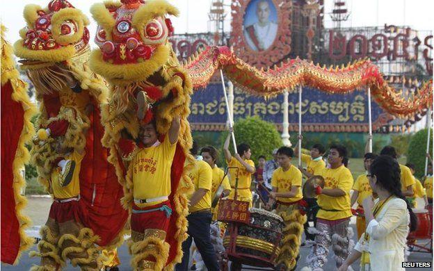 Lion dancers in Phnom Penh (18 Feb 2015)