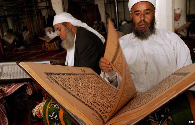 Zaidi clerics read the Koran at the Grand Mosque of Sanaa (2009)