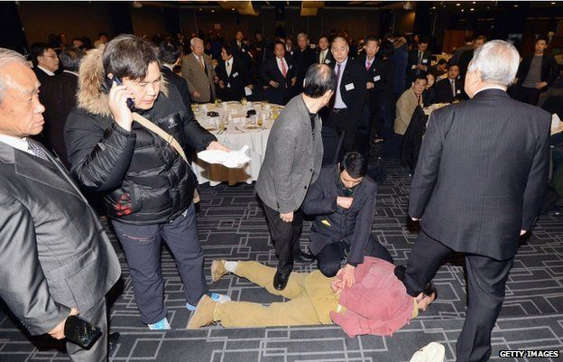 Security officers pin down the attacker in Seoul, 5 March