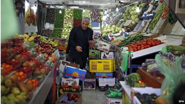 Yesh Atid leader Yair Lapid in a supermarket in Ashdod (15/03/15)