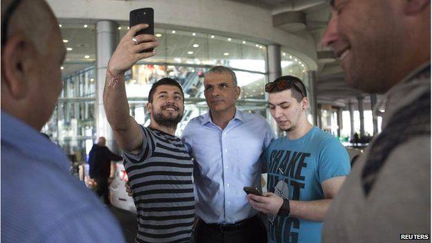 Moshe Kahlon (centre) poses for a photograph in Tel Aviv (15/03/15)