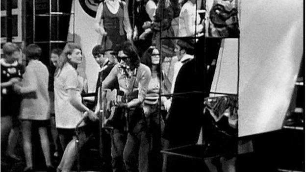 Meic Stevens yn ei sbectol dywyll ar 'Disg a Dawn' yn 1968