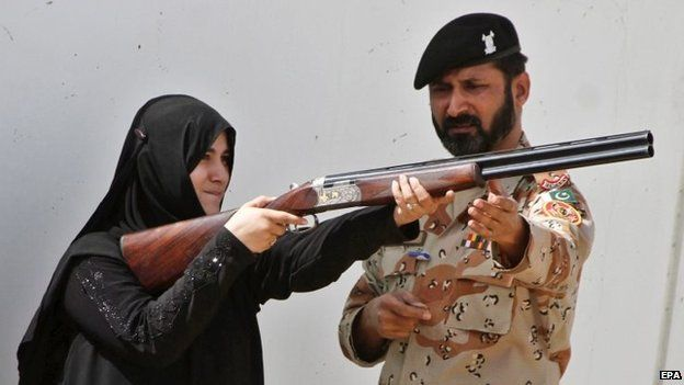 A Pakistani university student holds a gun during a training session with Pakistani Rangers in Karachi (November 2014)