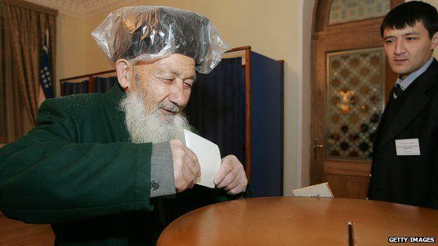 Uzbek man casts vote in 2007 elections 23 December 2007