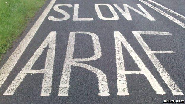 arwydd ffordd araf slow