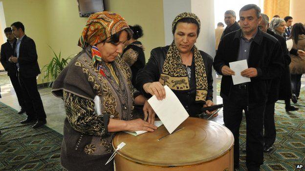 An Uzbek woman casts her ballot at a polling station in Tashkent, Uzbekistan, Sunday, March 29, 2015
