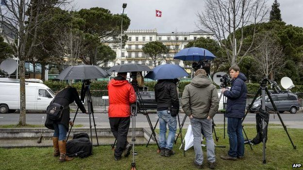 Journalists wait outside Lausanne's Beau-Rivage Palace hotel for news from the nuclear talks (31 March 2015)